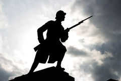 Soldat Silhouette unter bewölktem Himmel stockfotografie