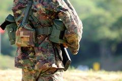 Soldat som är förberedd för att skjuta geväret Royaltyfri Foto