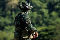 Soldat som är förberedd för shoting gevär Arkivfoton