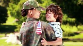 Soldat som återförenas med hennes son arkivfilmer