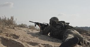 Soldat som kör på en sandkulle under strid, under brand stock video