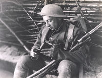 Soldat som läser en bok fotografering för bildbyråer