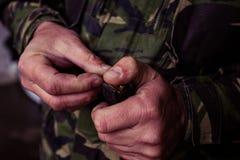 Soldat som laddar en 9mm kaliberkassett Arkivfoton