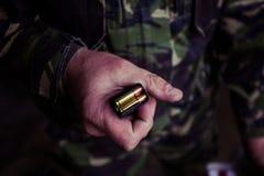 Soldat som laddar en 9mm kaliberkassett Royaltyfria Foton