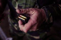 Soldat som laddar en 9mm kaliberkassett Royaltyfri Foto