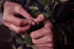 Soldat som laddar en 9mm kaliberkassett Fotografering för Bildbyråer