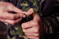 Soldat som laddar en 9mm kaliberkassett Arkivbilder