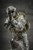 Soldat som pekar vapnet Fotografering för Bildbyråer