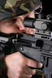 Soldat som ser i sikten arkivfoto