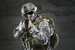 Soldat som siktar ett gevär arkivfoto