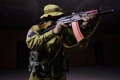 Soldat som siktar från geväret fotografering för bildbyråer