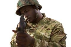 Soldat som siktar med ett gevär royaltyfria bilder