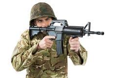Soldat som siktar med ett gevär arkivbilder
