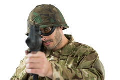Soldat som siktar med ett gevär royaltyfri foto