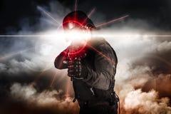 Soldat som siktar sikt för laser för anfallgevär Arkivbilder