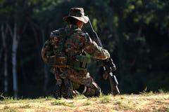 Soldat som som är förberedd för shoting gevär Arkivfoto