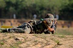 Soldat som som är förberedd för shoting gevär Arkivfoton