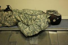 Soldat som sover på flygplatsen arkivfoton