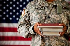 Soldat: Student Holding Stack av skolböcker Royaltyfri Bild