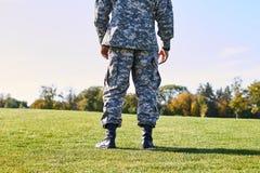 Soldat sur l'herbe, vue arrière Photos stock