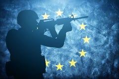 Soldat sur le drapeau grunge d'Union européenne Armée, militaire Photographie stock libre de droits