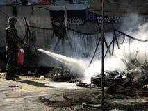 Soldat éteignant l'incendie Photo stock
