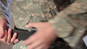 Soldat trägt eine Militäruniformnahaufnahme stock video footage