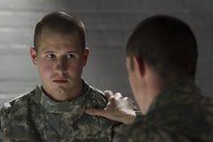 Soldat tröstet Gleichen mit PTSD, horizontal Stockfotografie