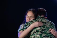 Soldat umarmt Tochter auf der Abreise oder dem Zurückbringen stockfotografie