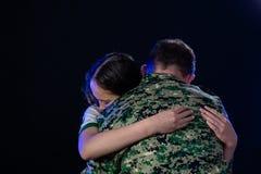 Soldat umarmt Tochter auf der Abreise oder dem Zurückbringen stockfoto