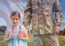 Soldat- und Tochterdeckung mit USA-Flagge lizenzfreie stockfotos