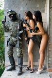 Soldat und zwei Frauen Lizenzfreie Stockbilder