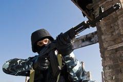 Soldat visant avec l'arme automatique Photographie stock