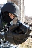 Soldat visant avec un pistolet de glock photos libres de droits