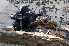 Soldat visant avec une arme automatique d'AK-47 Image libre de droits