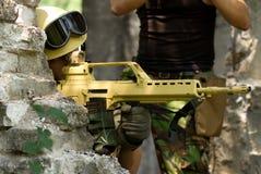 Soldat visant d'une position couverte photographie stock libre de droits