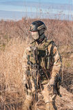 Soldat in voller NATO-Uniform, die auf den Gebieten aufwirft Stockfotografie