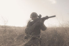 Soldat in voller NATO-Uniform im Nebel Stockbilder
