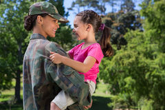 Soldat wiedervereinigt mit ihrer Tochter stockbild