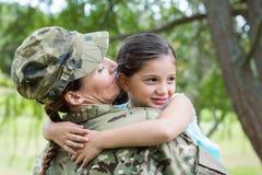 Soldat wiedervereinigt mit ihrer Tochter stockfoto