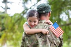 Soldat wiedervereinigt mit seiner Tochter lizenzfreie stockbilder