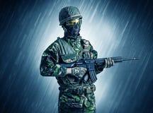 Soldatanseende i regnigt v?der arkivbilder