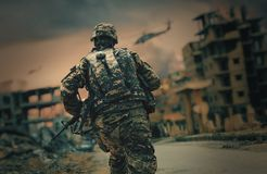 Soldatbetrieb in zerstörter Stadt stockbild
