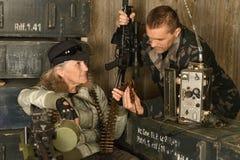 Soldatdenken des bewaffneten Kampfes Stockbild