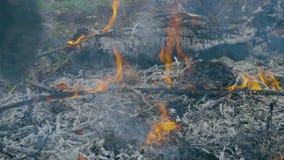 Soldatdurchläufe zwischen Asche und Feuer stock video footage