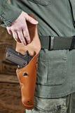 Soldaten öppnar pistolpistolhölster Royaltyfri Bild