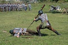 Soldaten in Angriffsstellung eine Abbruchstätigkeit simulierend Stockbild