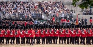 Soldaten ausgerichtet an sich sammeln die Farbzeremonie, um den Geburtstag der Königin, London Großbritannien zu ehren lizenzfreie stockfotografie