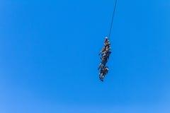 Soldaten befestigter Seil-Fliegen-Luftbrücken-Hubschrauber Stockfotos
