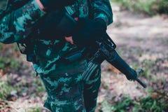 Soldaten benutzen den Radio Und benutzen Sie die Karte für Kommunikation stockbild
